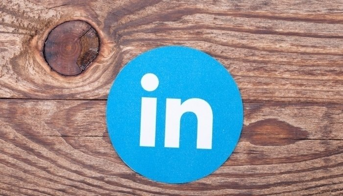 linkedin icon on wood